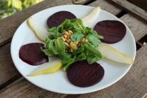 Rezept: Carpaccio von der Roten Bete mit Feldsalat, Birnen und Walnusskrokant