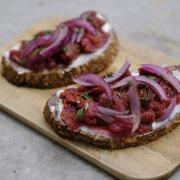 Rezept: Brot mit Frischkäse, Röstzwiebeln und Feigenkonfitüre {ohne Zucker}