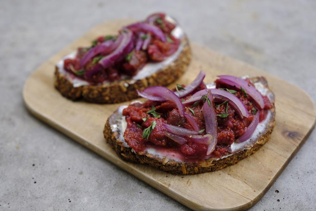 Brot mit Frischkäse Röstzwiebeln und selbstgemachter Feigenkonfitüre01