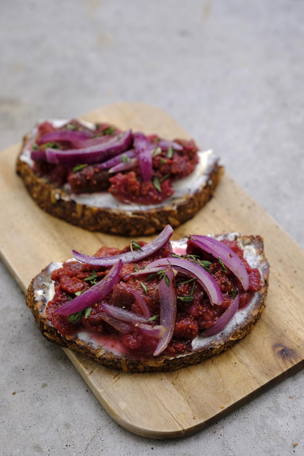 Brot mit Frischkäse Röstzwiebeln und selbstgemachter Feigenkonfitüre02