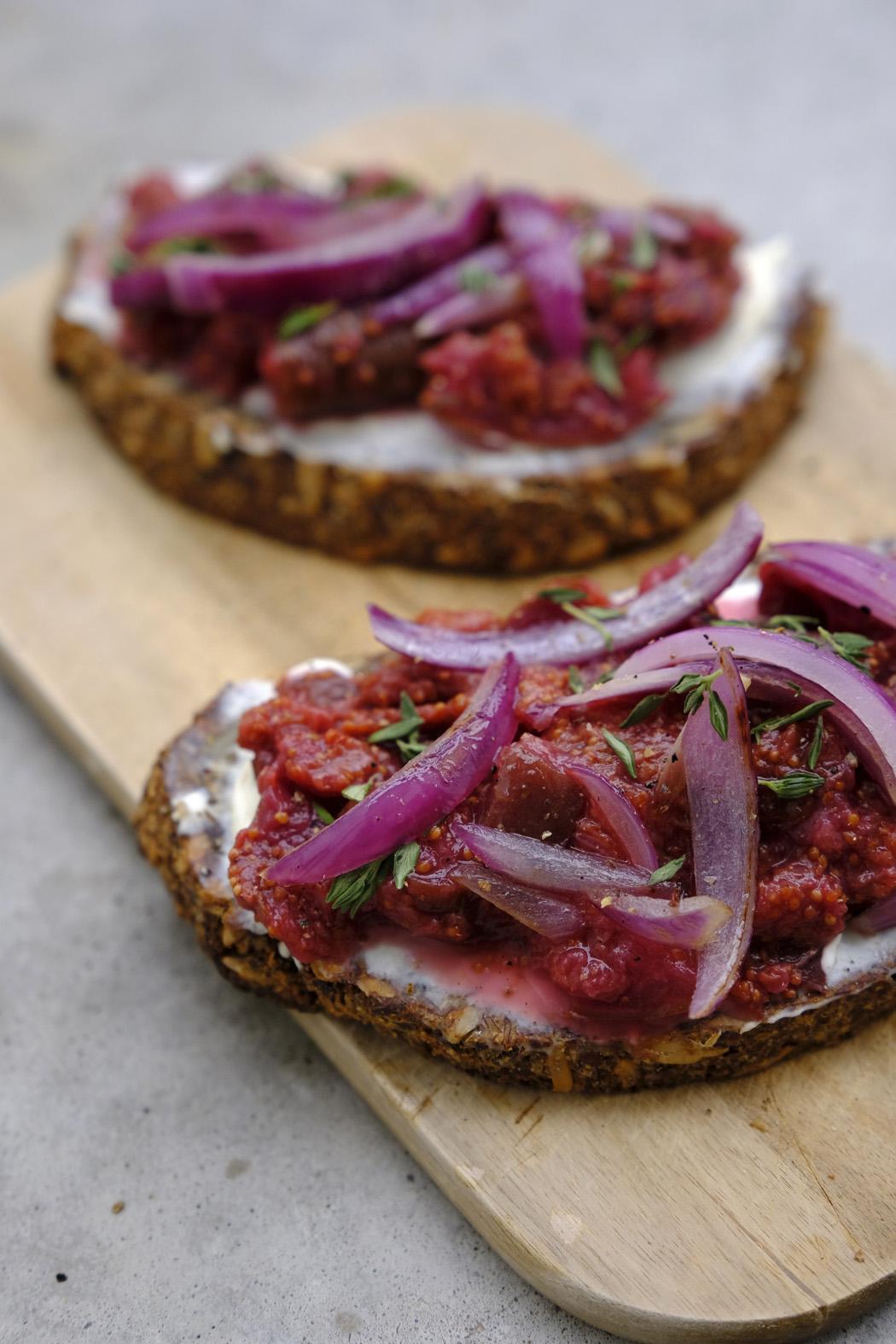 Brot mit Frischkäse Röstzwiebeln und selbstgemachter Feigenkonfitüre03