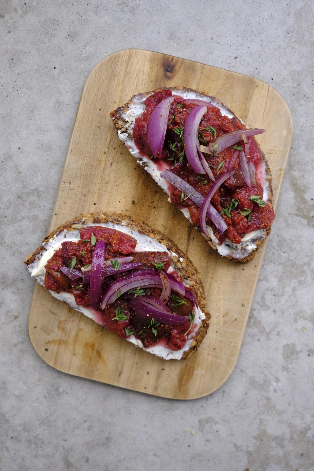 Brot mit Frischkäse Röstzwiebeln und selbstgemachter Feigenkonfitüre04