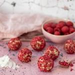 Energy Balls (nicht nur) zum Valentinstag: Dattel-Kokos-Pralinen mit Himbeere