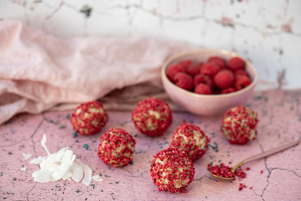 Energy Balls zum Valentinstag Dattel Kokos Pralinen mit Himbeere02
