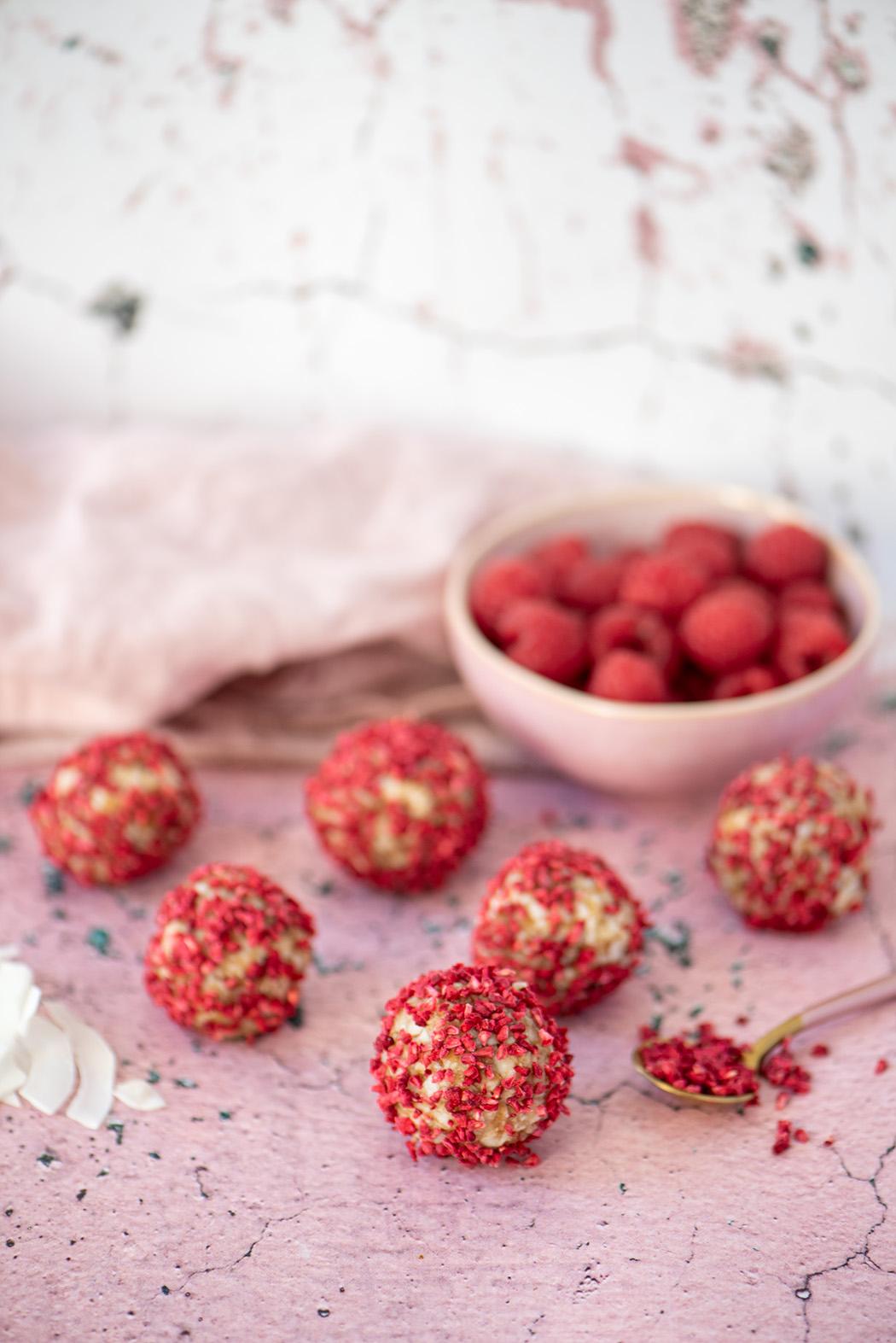 Energy Balls zum Valentinstag Dattel Kokos Pralinen mit Himbeere05
