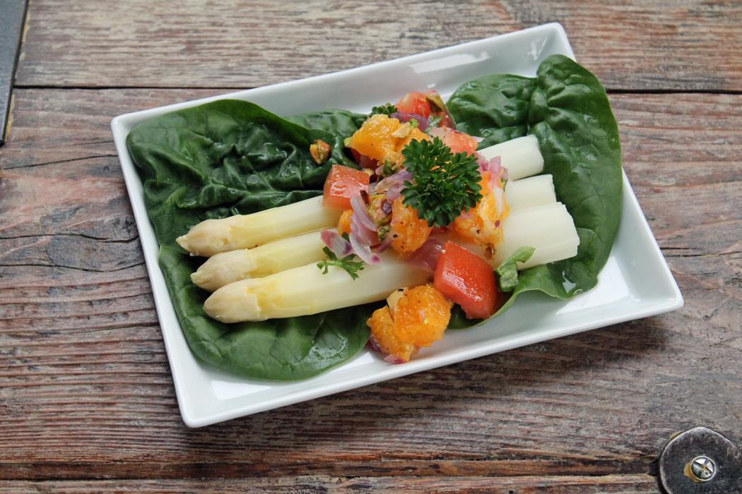 Spargel mit Orangen-Pistazien-Salsa1
