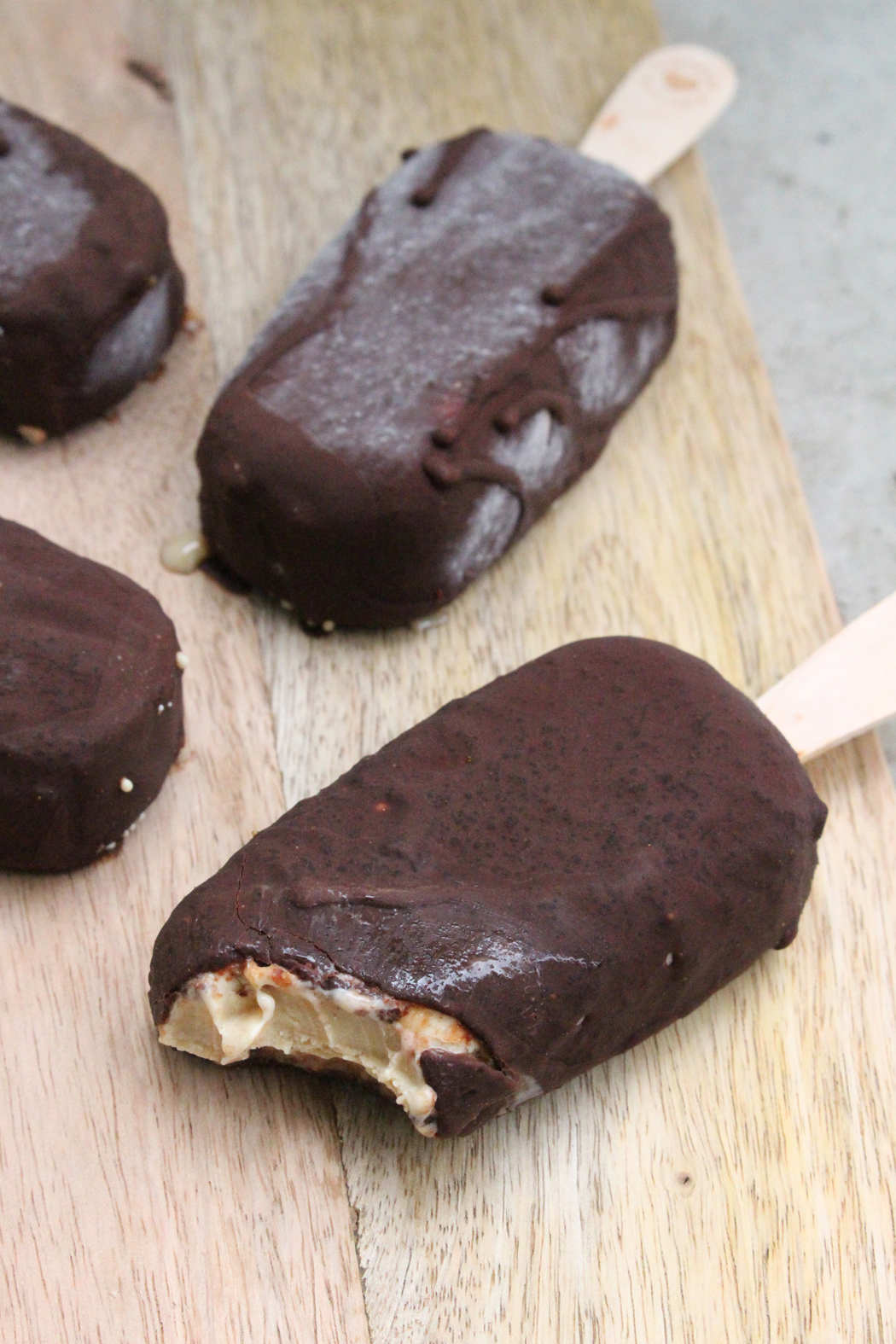 Cremiges Cashew Eis am Stiel mit salzigem Karamell in knackiger Schokolade02