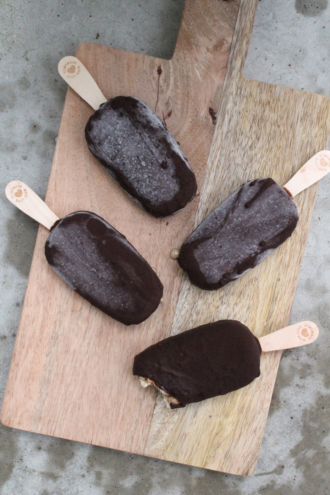 Cremiges Cashew Eis am Stiel mit salzigem Karamell in knackiger Schokolade04