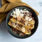 Rezept: Schoko-Buchweizen-Porridge mit gebratener Zimt-Banane {ohne zugesetzten Zucker}