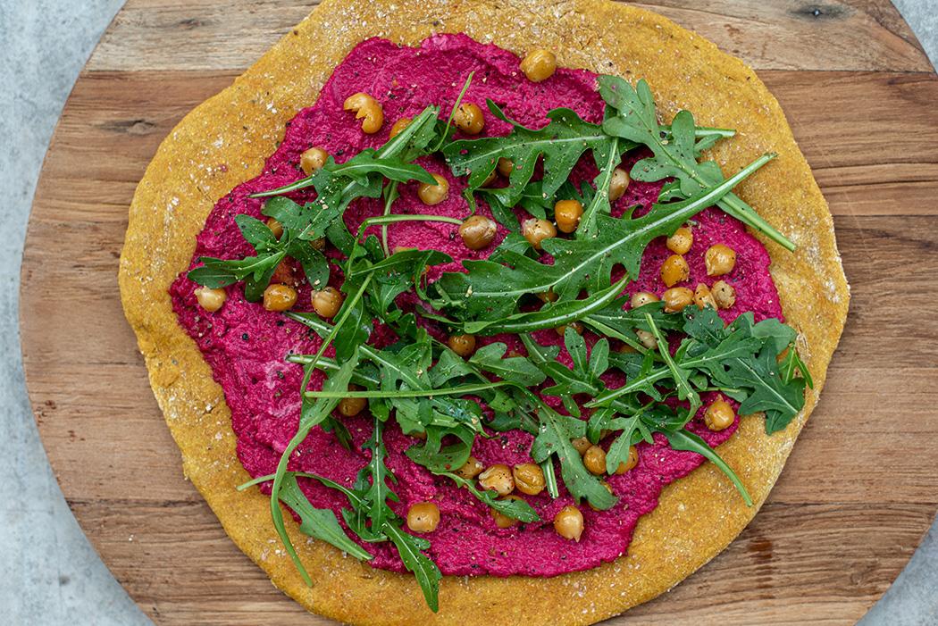 Kurkuma Pizza mit Roter Bete knusprigen Kichererbsen und Rucola04