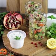 Rezept: Quinoa-Tabouleh mit Granatapfelkernen und Minzjoghurt {Meal prep}
