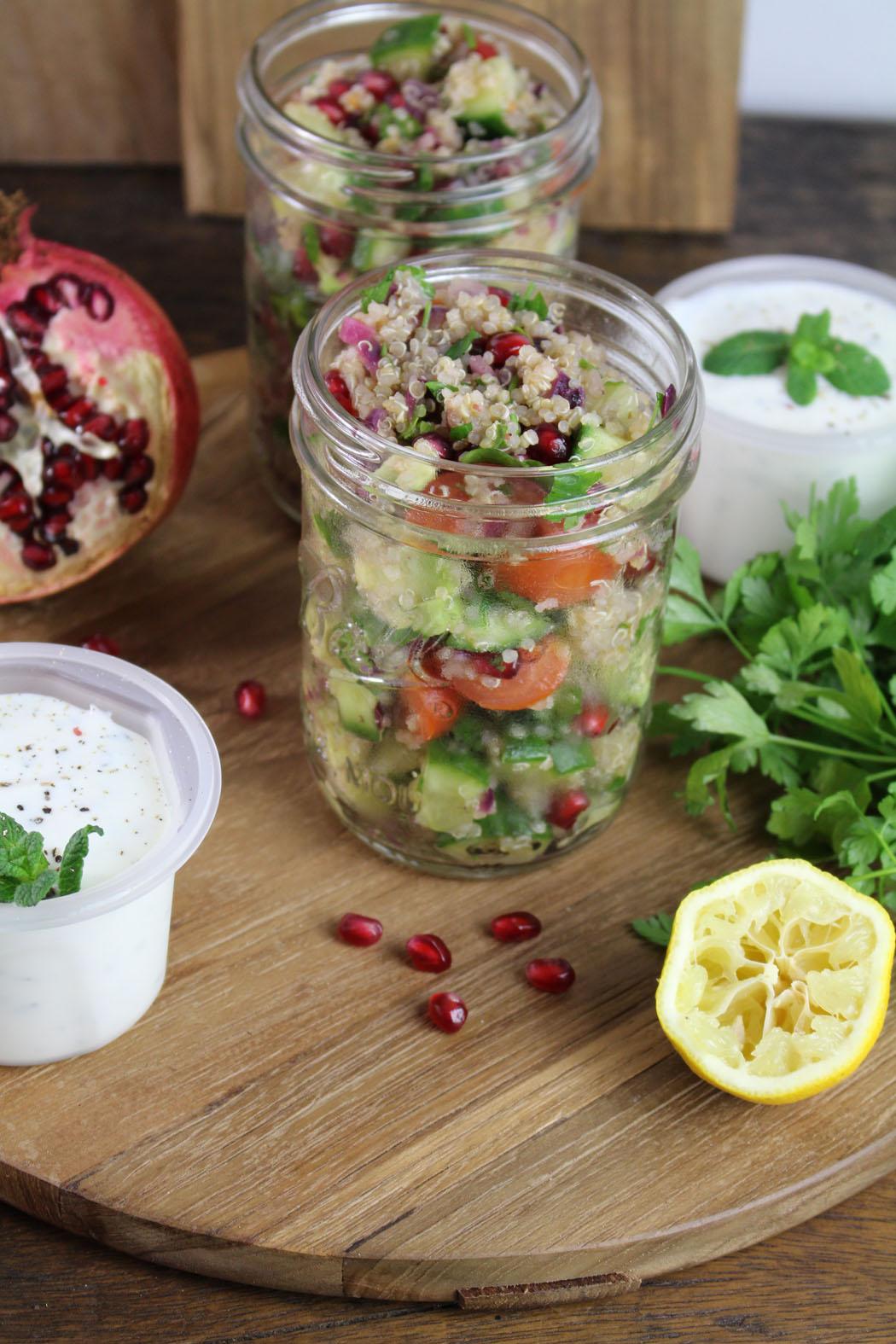 Quinoa Tabouleh mit Granatapfelkernen und Minzjoghurt03