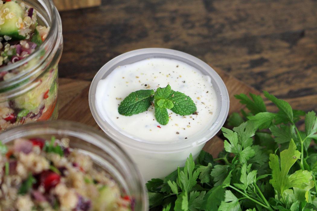 Quinoa Tabouleh mit Granatapfelkernen und Minzjoghurt04