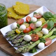 Rezept: Schneller Spargel-Salat mit Bärlauch-Pesto (nur 20 Min.!)