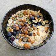 """Rezept: Cremiger Vanille-Porridge mit Mandeln und Heidelbeeren für den """"Inner Glow"""""""