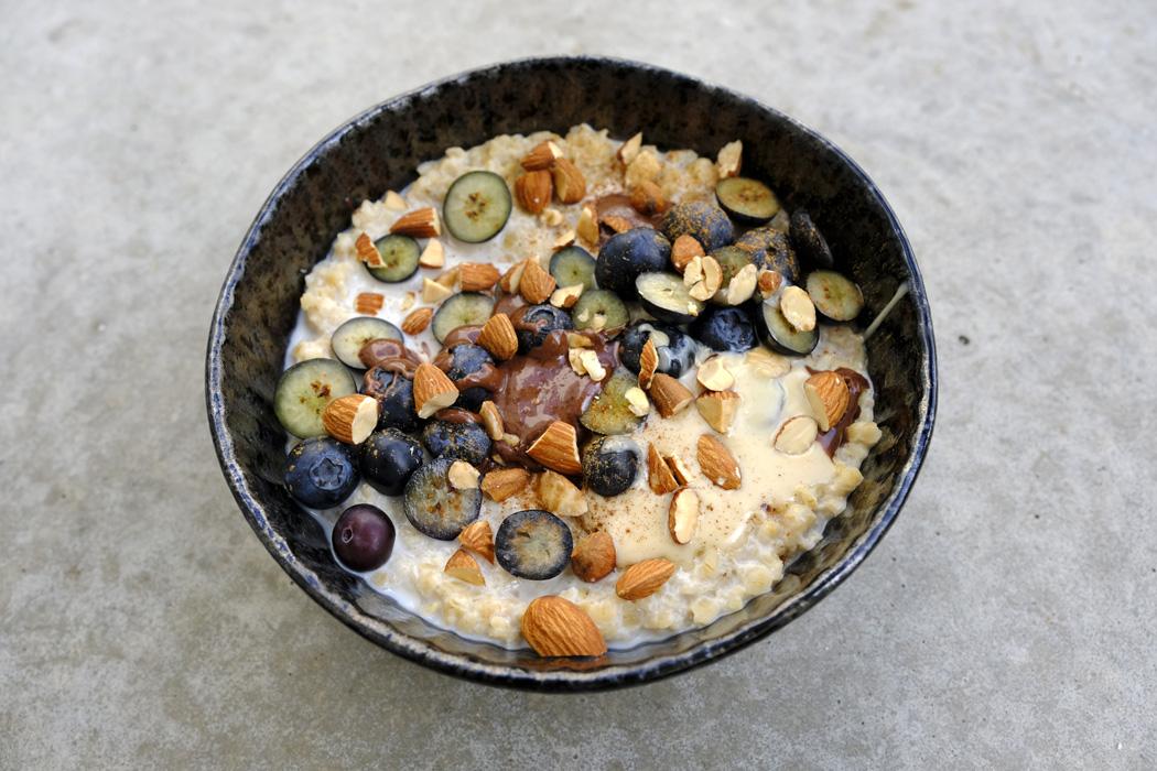 Cremiger Vanille Porridge mit Mandeln und Heidelbeeren