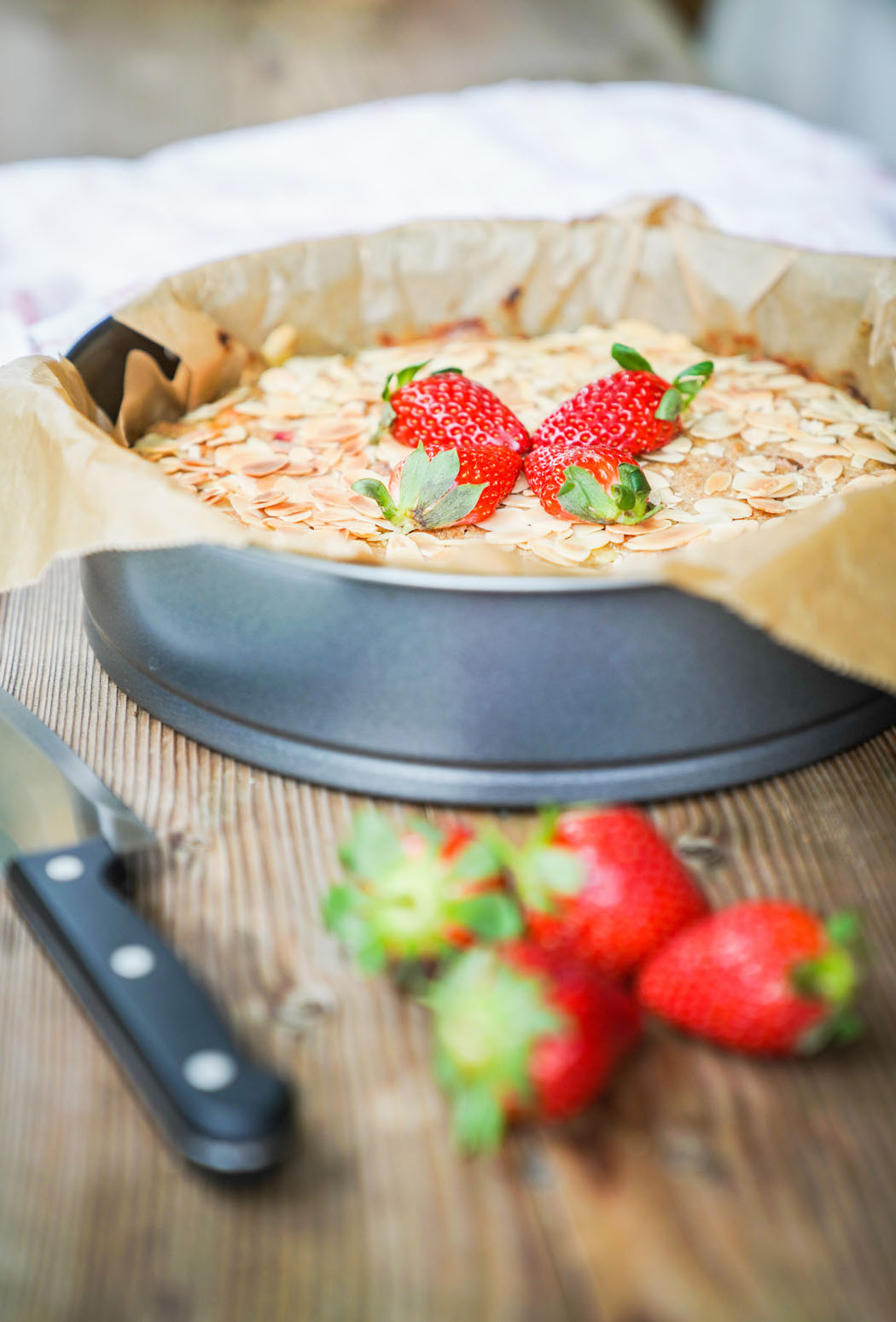 Erdbeer Rhabarber Kuchen mit selbstgemachtem Marzipan01