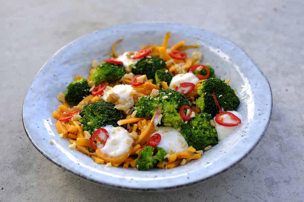 Süßkartoffel Pasta mit Brokkoli roter Chili und Blumenkohl Alfredo Sauce01