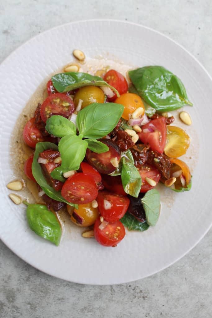 Mediterraner Tomatensalat