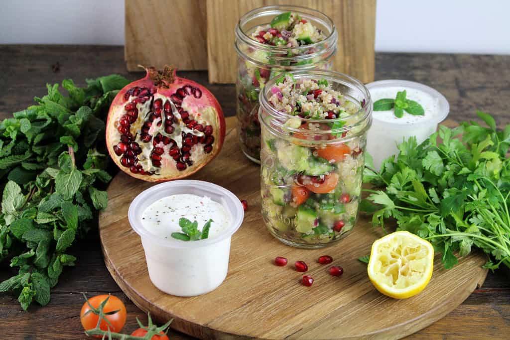 Quinoa Tabouleh mit Granatapfelkernen und Minzjoghurt01 1